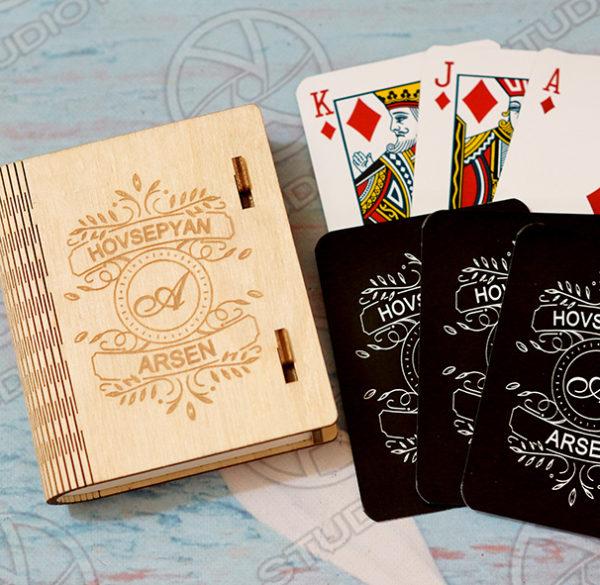 Փայտե տուփով անվանական խաղաքարտեր