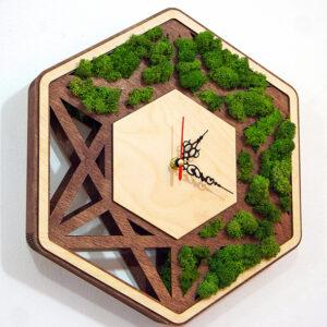 Պատի ժամացույց փայտի և բնական մամուռի համադրությամբ