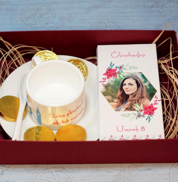 Սուրճի բաժակով և շոկոլադե սալիկով նվեր-փաթեթ